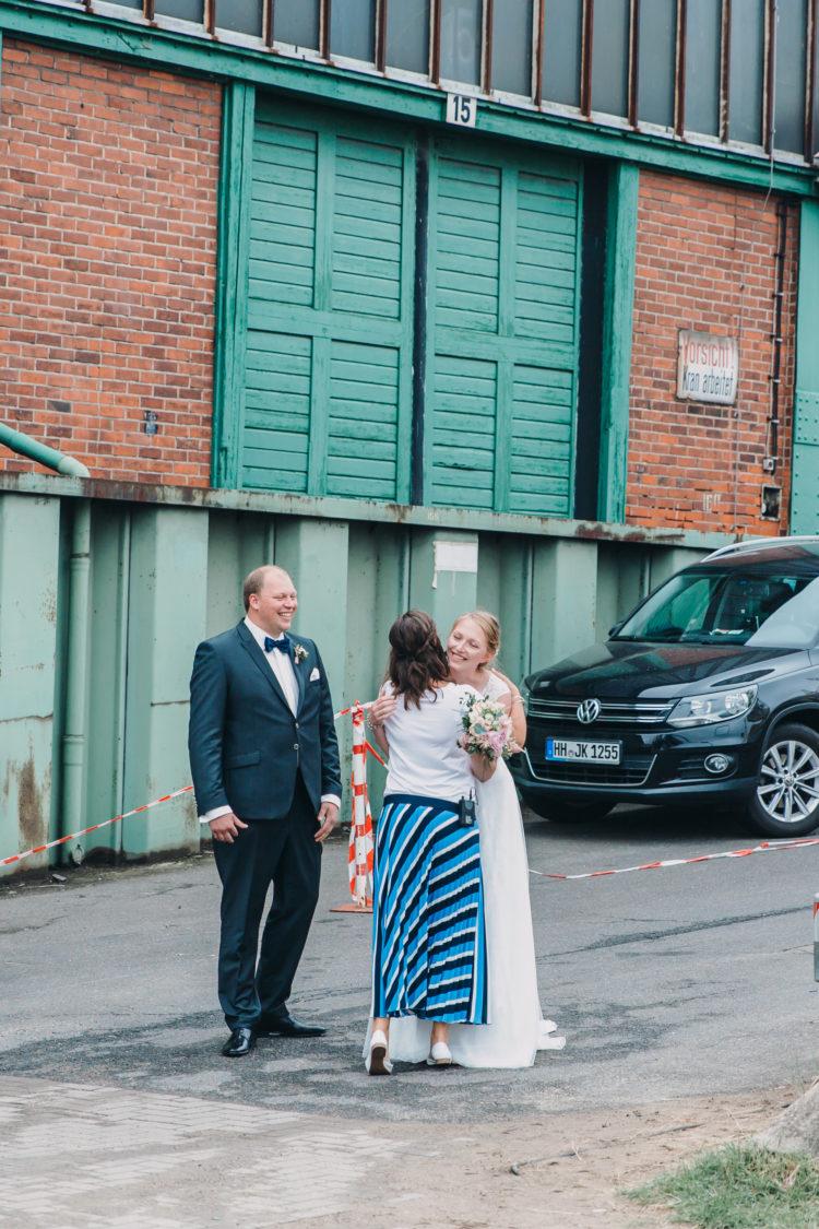 Wiedersehen am Hochzeitstag, vor der Zeremonie, Hafen Hamburg, Begrüßung